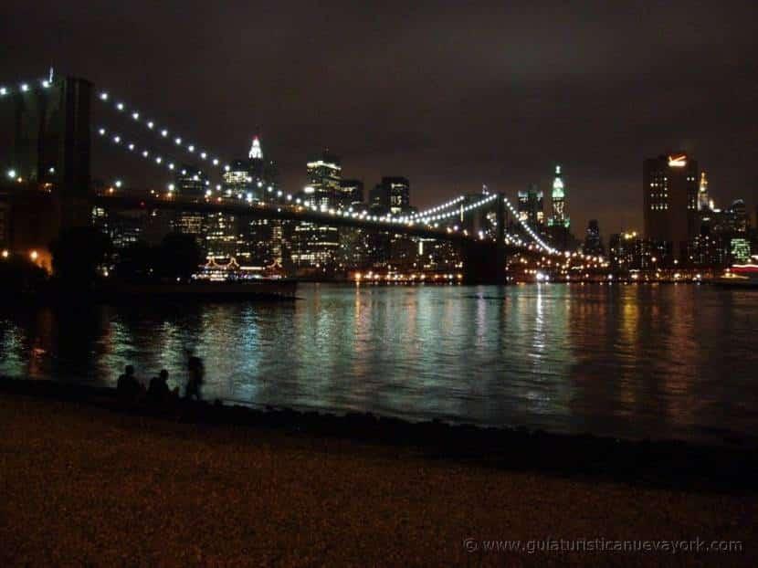 Puente de Brooklyn desde Dumbo de noche