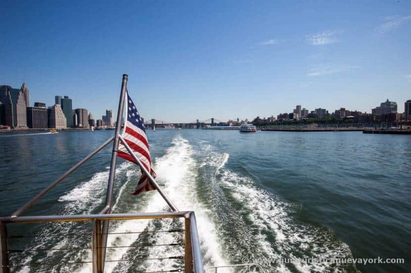 Saliendo del puente de Brooklyn en el Water Taxi