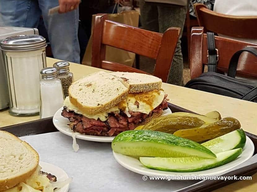 Los famosos sandwich de pastrami de Katz's Delicatessen