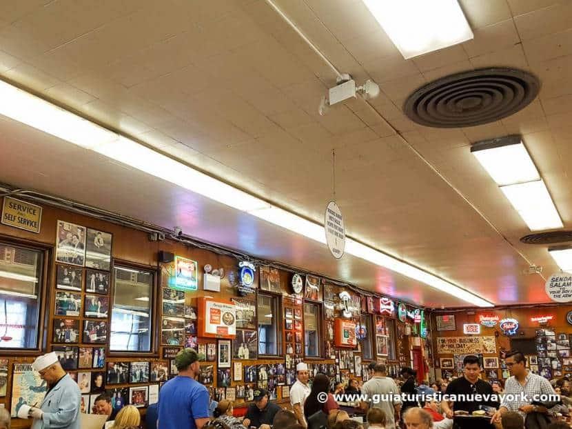 Interior de Katz's Delicatessen