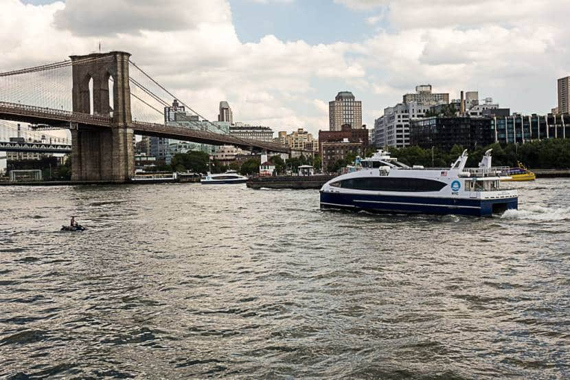NYC Ferry, cerca del puente de Brooklyn
