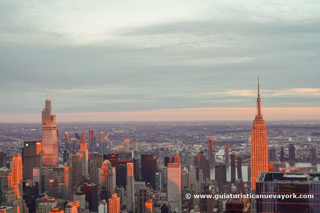 Vista este del mirador, con el Empire State, el One Vanderbilt y el edificio Chrysler, al atardecer