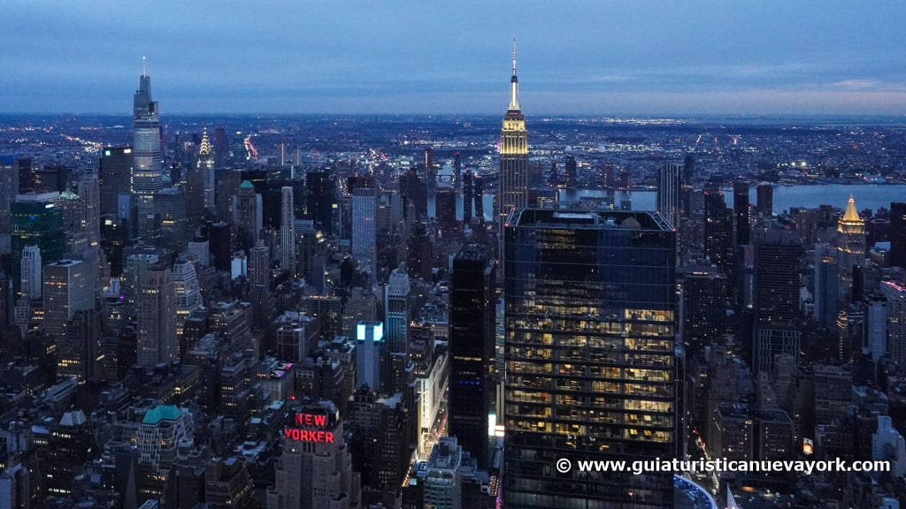 Vista este desde The Edge, con el Empire State, el One Vanderbilt y el edificio Chrysler, de noche