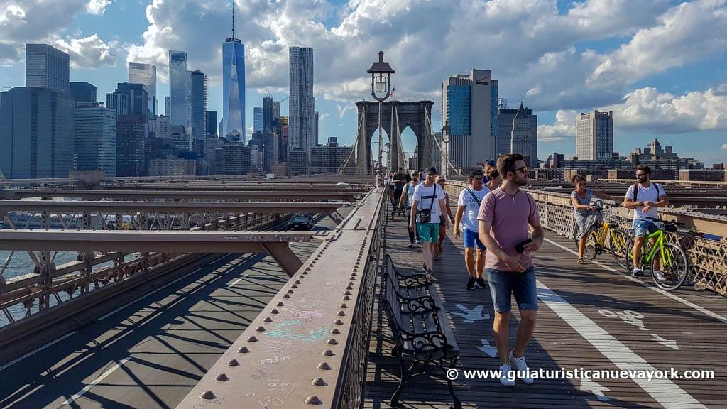 Comenzando a cruzar el puente de Brooklyn
