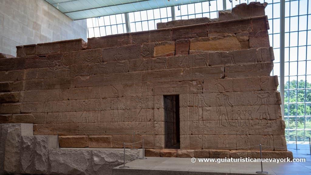 Una vista lateral del Templo de Dendur
