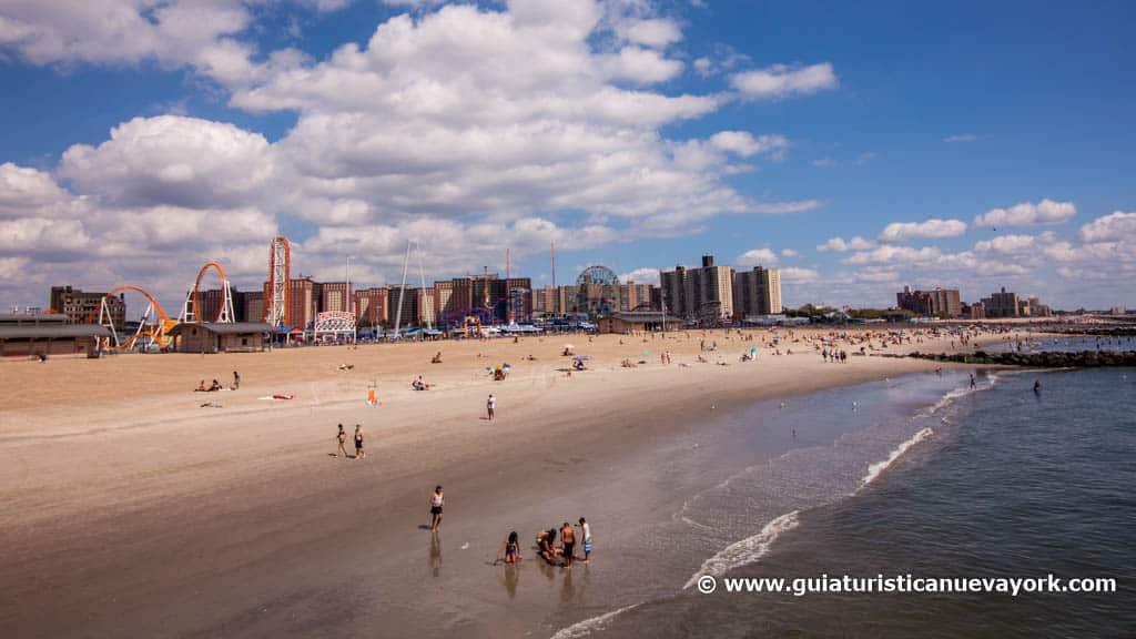 Playa de Coney Island, y Luna Park al fondo