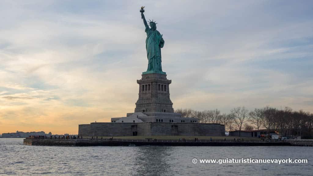 La Estatua de la Libertad al atardecer, desde el barco